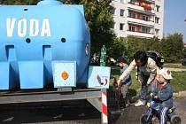 Havárie vodovodu na sídlišti Jižní svahy ve Zlíně - maminka plní PET lahve s cisterny