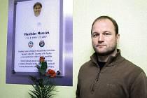 Pavel Hoftych u plakety na počest zesnulého Marečka