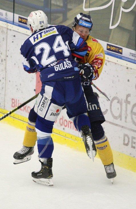 Extraligoví hokejisté PSG Berani Zlín (ve žlutém) v přípravném duelu hostili rivala Kometu Brno. Na snímku střet Kubiše a Gulašiho.