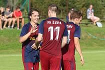 Fotbalisté Štípy (v tmavých dresech) porazili Hvozdnou jednoznačně 5:0.
