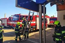 Požár střechy nástupiště v Otrokovicích.