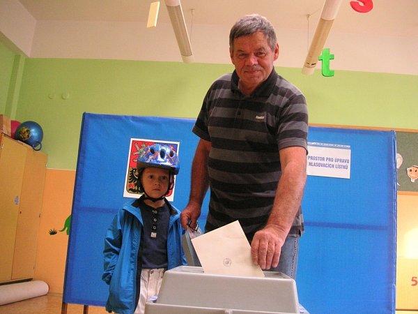 Oldřich Štěpánek svůj volební hlas vhodil do urny vZákladní škole Trávníky vOtrokovicích.
