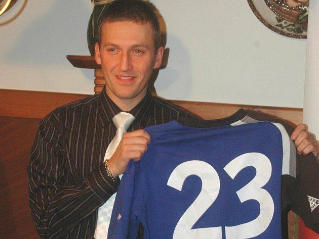 Nohejbalista Petr Bubniak na tiskové konferenci s dresem svého nového klubu NK Climax Vsetín.
