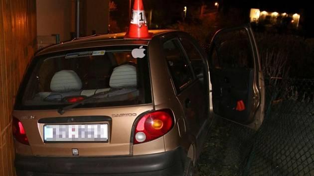 Řidič se zákazem řízení policistům neujel. Honička skončila nárazem do plotu