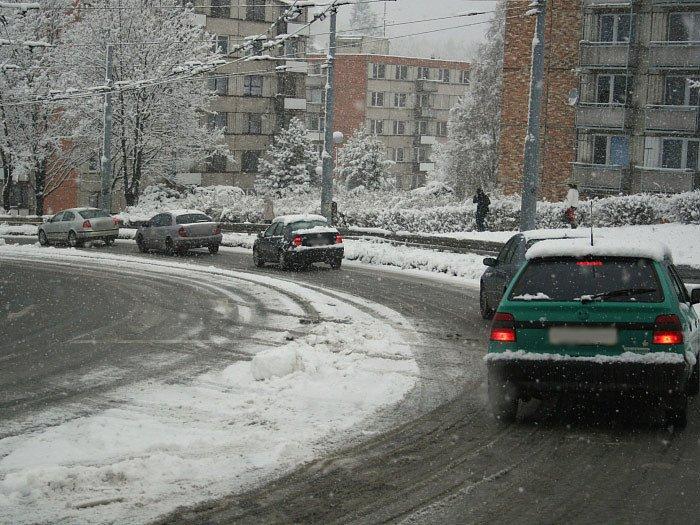 Nejednomu řidiči při cestě zJižních Svahů do centra Zlína zatrnulo, když jeho auto odmítalo na kluzké cestě poslušnost.