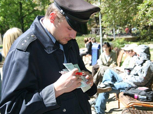 POŘÁDEK MUSÍ BÝT. Zlínští policisté v parku kontrolovali, zda se mladiství chovají úměrně svému věku a nekouří.