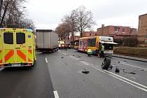 Srážka kamionu, osobního vozidla a autobusu ve Zlíně.