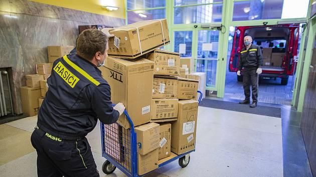 Vedení Zlínského kraje minulý týden zaslalo na potřebná místa další ochranné pomůcky.