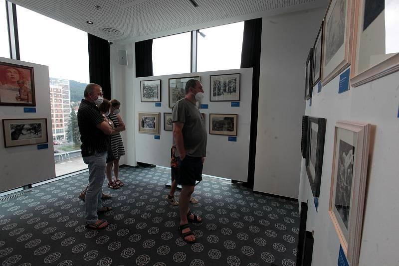 Unikátní výstava Zdeněk Burian - za dinosaury a dobrodružstvím ve zlínské Galerii Desítka na střeše Obchodního domu. Foto z 18. července 2021.
