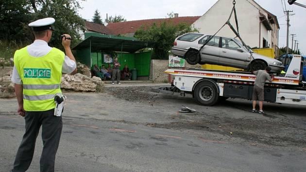 Zastávku a točnu autobusů v Javorovci blokovala auta a pneumatiky.
