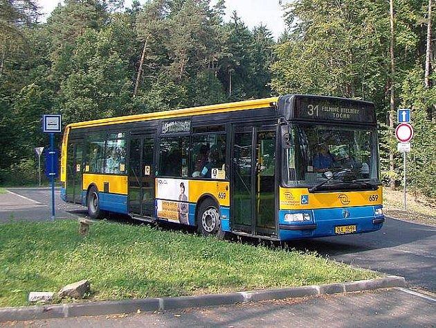 Autobus linky č. 31 na zastávce U Majáku.