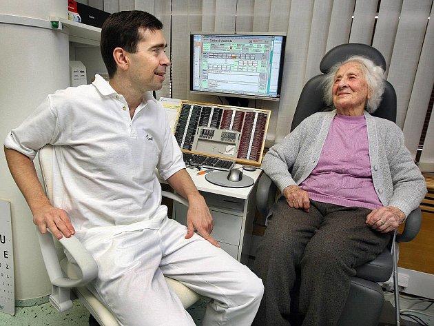Vlastimila Češková z Jarcové na Vsetínsku na kontrole u přednosty oční kliniky Pavla Stodůlky.