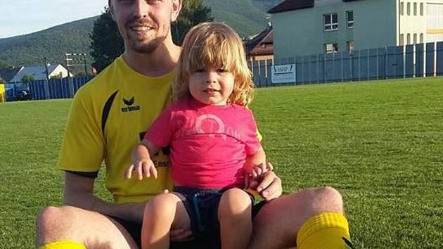 Útočník Tomáš Haloda Mladcové pózuje ještě v dresu divizního Strání a se synem.