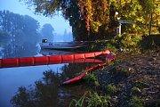 Skvrna neznámého charakteru, která se objevila na řece Moravě v Napajedlích.