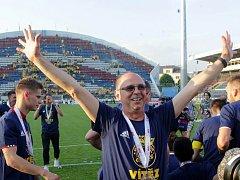 Fotbalisté Zlína se radují ze zisku poháru.