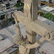 Oprava kříže na hřbitově v Tlumačově.