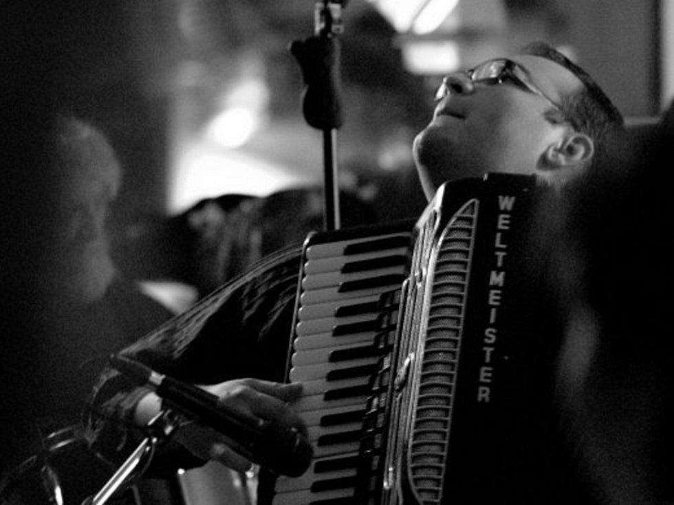 Teprve osmadvacetiletý Vojtěch Szabó je označovaný za nejlepšího slovenského akordeonistu hrajícího jazz.