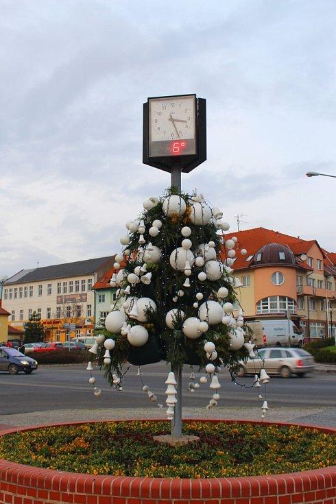 V Otrokovicích na tamním náměstí v pátek 29. listopadu 2013 slavnostně rozsvítili vánoční strom a také vánoční výzdobu ve městě