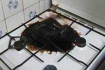 Majitel připálil jídlo a spal vedle v pokoji