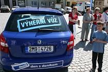 LÁKAVÁ VÝHRA. Řada návštěvníků Dne s Deníkem využila příležitosti a zapojila se do soutěže o modrou fabii.