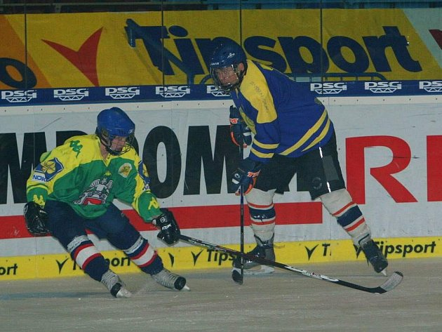 V exhibičním hokejovém duelu závodníků rallye a jejich mechaniků zvítězilo družstvo dvojkolek (v zeleném) nad týmem čtyřkolek 6:5.