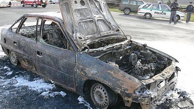 Při požáru vozu uhořel jeho řidič