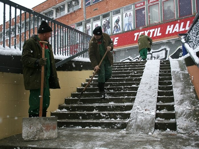 Pracovníci technických služeb zbavovali sněhu místa, kde by nejsnáze mohlo dojít kvážnému úrazu