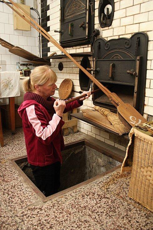 Unikátní téměř stoletá parní pec v Halově pekárně ve Vizovicích v říjnu 2020. Pokračovatelka pekařského rodu Helena Kučerová ukazuje peklo, odkud se sázelo do nejnižšího patra.