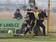 Fotbalisté Tečovic (ve žlutých dresech) v 15. kole krajské I. B třídy skupiny B zdolali béčko Holešova 2:0.