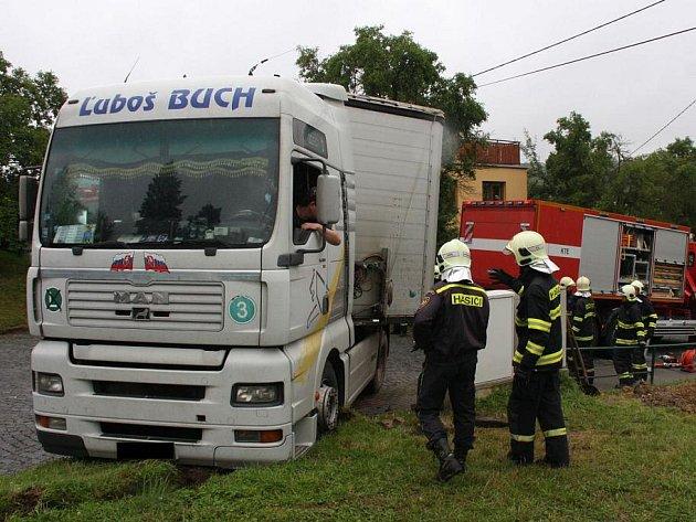 Pomoc hasičů po havárii nákladní soupravy ve Zlíně.