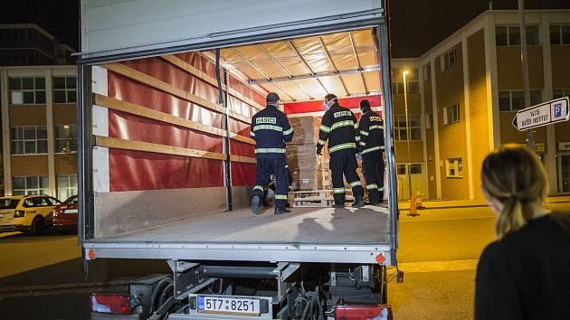 25 tisíc respirátorů třídy FFP2 převzali v noci na sobotu 21. března pracovníci Krajského úřadu Zlínského kraje.