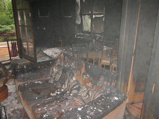 Požár zničil obytnou místnost. Dalšímu rozšíření zabránili hasiči