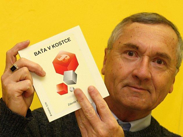 Zdeněk Pokluda se svoji knihou Baťa v kostce.