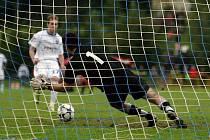 Fotbalisté Slavičína (v modrém) senzačně vyřadili z Ondrášovka Cupu prvoligový Baník Ostrava. V normální hrací době skončil zápas 2. kola bez branek, na penalty vyhrál domácí účastník MSFL 5:4.