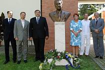 Roční výročí úmrtí Tomáše Bati juniora uctili hlavní představitelé města položením kytic.