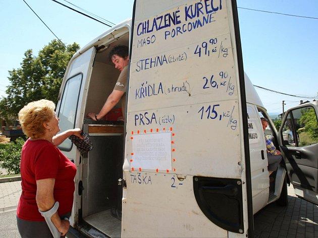 Pojízdný obchod s masem je jedinou možností, jak si tento druh zboží mohou přímo ve vesnici nakoupit obyvatelé Hostišové na Zlínsku.