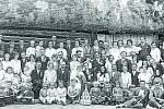 POZLOVICKÁ VESELKA. Svatba pana Mikulčíka z roku 1919. Tradiční svatby byly vždy velkou událostí, pozvání obdrželi všichni rodinní příslušníci a velká část obce. Svatební hosté se fotili v místech dnešní autobusové zastávky Pozlovice střed.