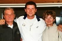 S RODIČI. Velké podpory v rozvoji svého tenisového talentu se dočkal Jiří Novák junior (na snímku vlevo uprostřed) od svých rodičů. Během své bohaté kariéry ovládl hned 7 turnajů okruhu ATP ve dvouhře a 18 ve čtyřhře.