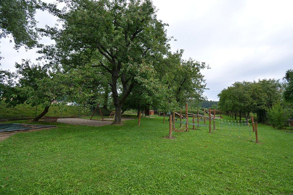 Vesničce Újezd na Zlínsku chybí podle místních snad jen moře. Na snímku z 26. srpna 2021 zahrada mateřinky.