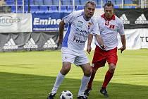 Někdejší útočník Zlína Vladimír Malár (vpravo) v souboji legend proti Ivu Stašovi.