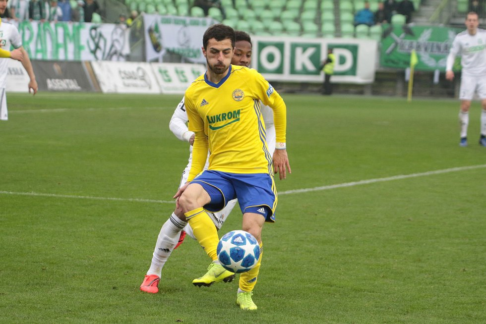 Fotbalisté Zlína (ve žlutých dresech) prohráli na hřišti předposlední Karviné 0:2