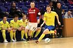 Zlínští druholigoví futsalisté (ve žlutých dresech) prohráli v semifinále poháru favorizované pražské Spartě 5:9.