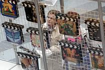 Výstava festivalových klapek v obchodním centru Zlaté jablko ve Zlíně.