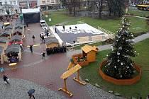 Stavba umělého kluziště na náměstí Míru ve Zlíně.
