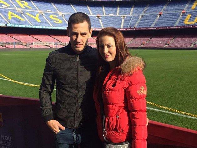 Zlínský fotbalista Róbert Matejov na slavném Nou Campu s přítelkyní Veronikou.
