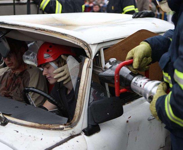 Pyrotechnici, policisté, hasiči i zdravotníci přiblížili v úterý 6.5. 08 na zlínském náměstí Míru dětem svou práci. V rámci dětského Dne Salvator předvedli například ukázky první pomoci, zadržení nebezpečného pachatele i fingovanou autonehodu.