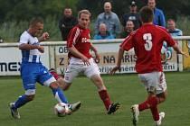 Divizní fotbalisté Spytihněvi (v červeném) podlehli Fatře Napajedla vysoko 0:5.