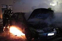 Požár aut v centru Vizovic.