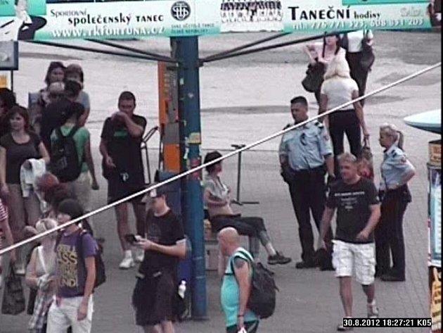 Zlínská výtržnice Olina se zase předvedla. Ve čtvrtek 30. srpna ukázala všem lidem, kteří procházeli kolem zastávky MHD na náměstí Práce své ňadra.