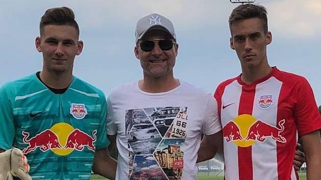 Někdejší obránce Zlína Jaroslav Švach (na snímku uprostřed) coby hráčský agent pracuje pro Sport Invest
